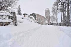 Eine dicke Schneedecke liegt über Amatrice, dem Ort, der vor fünf Monaten von Erdbeben stark betroffen war. 300 Personen kaman damals ums Leben. (Bild: EPA/Emiliano Grillotti)