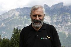 Willi Marthy ist 66 Jahre alt und gelernter Förster. Er ist ein Naturmensch und sorgt dafür, dass die Wanderwege korrekt markiert sind. (Bild: Jolanda Riedener)