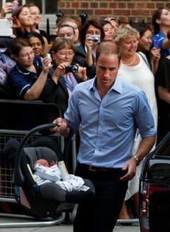 Der kleine Prinz verlässt das St.Mary's Spital, getragen von seinem stolzen Vater William. (Bild: Keystone)