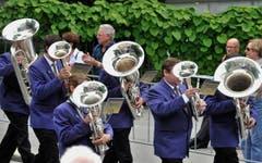 Parade der Instrumente - die Musikanten im zweiten, Zuschauer im dritten Glied. (Bild: Hanspeter Schiess)