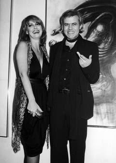 Auch in den USA war Giger eine grosse Figur: Hier im April 1980 mit dem Model Anneka Vasta in New York. (Bild: Keystone)