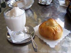 Granita: Ein Frühstück aus Sorbetglace und Brioche, das die Italiener gerne essen. (Bild: Wikipedia/Sebastian Fischer)