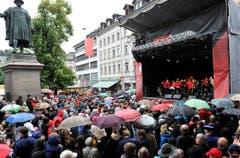 Grosses Publikumsinteresse an den Aufführungen in der Stadt - trotz des schlechten Wetters. (Bild: Keystone)