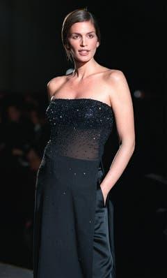 In schwarzes Tuch gehüllt und mit spezieller Frisur trat Cindy Crawford 1999 bei einer Modeshow in New York auf. (Bild: Keystone)