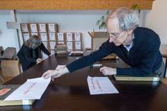 Restaurator Martin Strebel beim Kategorisieren der Dokumente. (Bild: Urs Lindt)