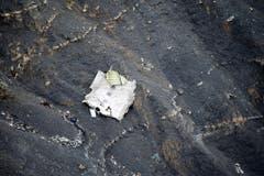 Ein Trümmerteil der abgestürzten Germanwings-Maschine. (Bild: Keystone)