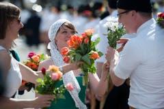 Auch Blumen werden am Umzug fleissig verteilt. (Bild: Urs Jaudas)
