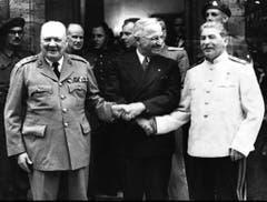 Handshake trotz schwieriger Verhandlungen: Winston Churchill, US-Präsident Harry S. Truman und der sowjetische Machthaber Josef Stalin während der Potsdamer Konferenz im Juli 1945. (Bild: Keystone)