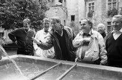 Auf der Bundesratsreise 1992 im Kanton Neuenburg: Adolf Ogi erlaubt sich am Brunnen des Schlosses Neuenburg einen Scherz, beobachtet von Bundeskanzler François Couchepin, Bundespräsident René Felber, Otto Stich und Arnold Koller. (Bild: Keystone)