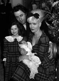 16. März 1989: Rockstar Bob Geldof und seine Frau, Moderatorin Paula Yates, zeigen sich mit ihrer fünfjährigen Tochter Fifi Trixiebelle und Baby Peaches im St Mary's Hospital in Paddington, London. (Bild: Keystone)