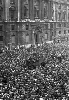 """""""Es ist Euer Sieg"""": Am 8. Mai 1945 bedankt sich Premier Churchill vom Balkon des Gesundheitsministeriums in London beim Volk. Die Menge jubelt. (Bild: Keystone)"""