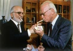 Hussein I., ehemaliger König von Jordanien, links, und Yitzhak Rabin nach dem Unterzeichnen des israelisch-jordanischen Friedensvertrags im Oktober 1994. (Bild: Keystone)