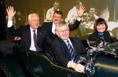 Am Autosalon Genf 2002 nahm Micheline Calmy-Rey neben Kaspar Villiger Platz. (Bild: Keystone)