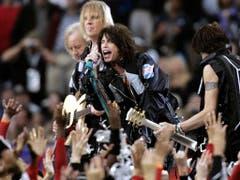 """Platz 9: Aerosmith. Steven Tyler und seine Männer holten sich 2001 zur Unterstützung 'N Sync, Britney Spears, Mary J. Blige und Nelly auf die Bühne und sangen mit ihnen den Hit """"Walk This Way"""". (Bild: MICHAEL CONROY (AP))"""