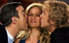 """Mit Zunge: 2009 gibt's für Michelle Hunziker von Robbie Williams und Thomas Gottschalk ein feuchtes Küsschen bei 'Wetten, dass...?"""". (Bild: Keystone)"""