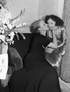 Marlene Dietrich herzt Edith Piaf nach einem Auftritt in New York im Jahr 1947. (Bild: Keystone)