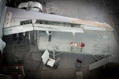 Im grossen Hangar wird ein Flugzeug gewartet. (Bild: Ralph Ribi)
