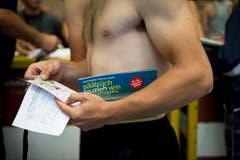 Dieser Athlet hat sich mit der Wettkampf-Broschüre ausgestattet. (Bild: Michel Canonica)