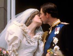 Prinz Charles küsst seine Braut, die ehemalige Diana Spencer, auf dem Balkon des Buckingham Palastes. (Bild: AP Photo (London, 29. Juli 1981))