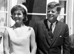 US-Präsident John F. Kennedy und seine Frau. Jackie Kennedy starb am 19. Mai.1994. (Bild: Keystone)