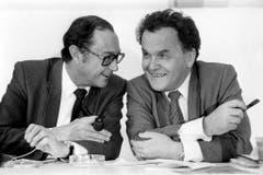 Die beiden Bundesräte Pierre Aubert und Otto Stich im Gespräch, aufgenommen im November 1984 in Bern. (Bild: Keystone)