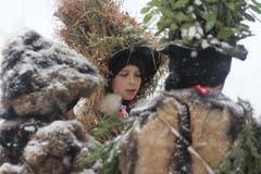 Die Silvesterchläuse waren im Schneetreiben unterwegs. (Bild: Patrik Kobler)