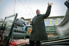 Mit einem Cüpli in der Hand steigt Hansjörg Walter in Frauenfeld aus der Kutsche. (Bild: Reto Martin)