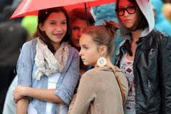 Vier Musikfans, ein Schirm. (Bild: Stefan Beusch)
