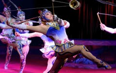 Die Diabolo Girls aus China wirbeln mit Seil und Kegel durch die Manege. (Bild: Keystone)