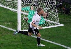 Für den hätte es zu Beginn des Turniers nicht besser laufen können: Beim ersten Gruppenspiel gegen die Ukraine durfte der erst kürzlich wieder genesene Schweinsteiger in der 90. Minute aufs Feld - und schoss Deutschland nach zwei Minuten und einem langen Sprint zum 2:0. (Bild: Keystone)