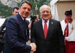 Der italienische Premierminister Matteo Renzi (links) wird von Johann Schneider-Ammann begrüsst. (Bild: Keystone)