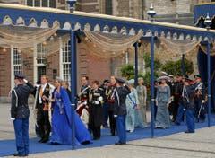 König Willem-Alexander und Königin Maxima verlassen als Erste die Kirche. (Bild: Keystone)