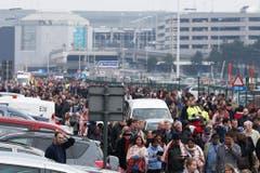 Die Menschen strömen nach dem Anschlag in alle Richtung aus dem Flughafen. (Bild: Keystone)
