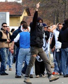 Ein Juventus-Fan drückt im April 2005 deutlich aus, was er von der Polizei hält. (Bild: Keystone)