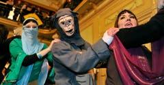 Die Affen sind los: Die Polonaise zeiht durch den Bürgersaal. (Bild: Reto Martin)