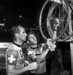 Hugo Koblet (links) und Ferdy Kübler prüfen im März 1956 am Sechs-Tagerennen im Hallenstadion in Zürich ihre Ersatzvelos. (Bild: Keystone)