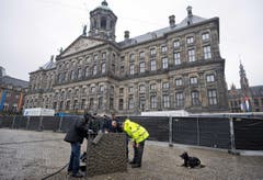 Polizisten und ein Schnüffelhund sorgen in Amsterdam für Sicherheit. (Bild: Keystone)