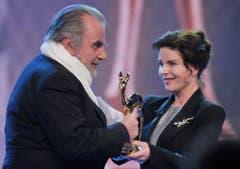Maximilian Schell erhält 2009 von Gudrun Landgrebe den Bambi für sein Lebenswerk. (Bild: Keystone)