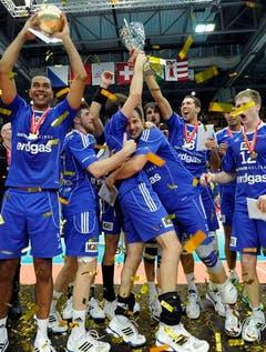Unbändige Freude bei den Amriswiler Volleyballern. (Bild: Keystone)