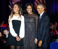 Ein letztes Mal im ganz grossen Rampenlicht: Barack Obama mit seiner Frau Michelle und Tochter Malia. (Bild: Kamil Krzaczynski / Keystone)