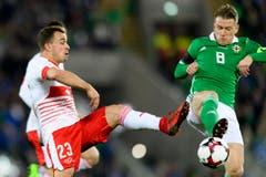 Mittelfeldspieler Xherdan Shaqiri, links, im Kampf um den Ball mit Steven Davis von Nordirland. (Bild: Laurent Gilliéron / Keystone)