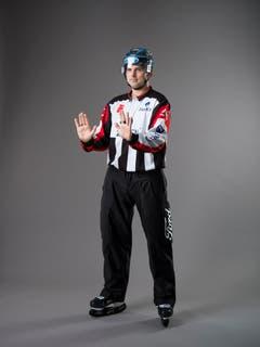 Check von hinten (IIHF-Regel 123): Ein Spieler, der einen Check gegen einen Gegenspieler ausführt, der sich in einer wehrlosen Position befindet, sich des Checks nicht bewusst ist und nicht in der Lage ist, sich vor so einem Check zu schützen oder zu verteidigen. Der Kontakt erfolgt dabei auf der Rückseite des Körpers. Mit beiden Armen wird auf Brusthöhe eine Streckbewegung mit offenen, aufgerichteten Handflächen ausgeübt. (Bild: Keystone)