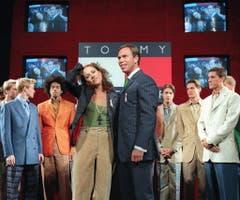 Hilfiger erkannte schon früh das Vermarktungspotential durch Stars. Hier posiert der Modemacher mit der bekannten US-Sängerin Sheryl Crow während der Präsentation seiner Frühlingsmode im Jahr 1998. (Bild: Keystone)