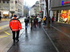Ein Teil der linken Demonstranten begab sich zum Bahnhofplatz. (Bild: Martin Rechsteiner)