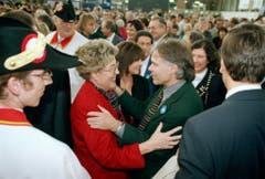 Unter Genossen: Lilian Uchtenhagen gratuliert im Herbst 1995 Moritz Leuenberger nach dessen Wahl in den Bundesrat. (Bild: Keystone)