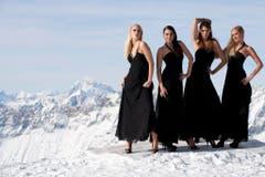 Fototermin der Missen in den Bergen: (v.l.) Linda Fäh, Amanda Ammann, Kerstin Cook und Christa Rigozzi. (Bild: Keystone)