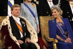 König Willem-Alexander wirkt etwas angespannt, Königin Maxima lächelt ihm zu. (Bild: Keystone)