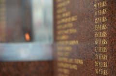 Auf einem Gedenkstein sind die Namen und das Alter der fast 100 Todesopfer verewigt worden. (Bild: Keystone)
