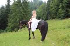 Rennreiterin Nadia aus dem Aargau ist 25 Jahre alt und befindet sich in der Ausbildung zur Bäuerin. (Bild: www.bauernkalender.ch)