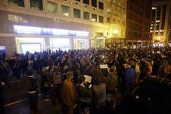 Vor dem französischen Konsulat in San Francisco versammelten sich hunderte Menschen. (Bild: Keystone)